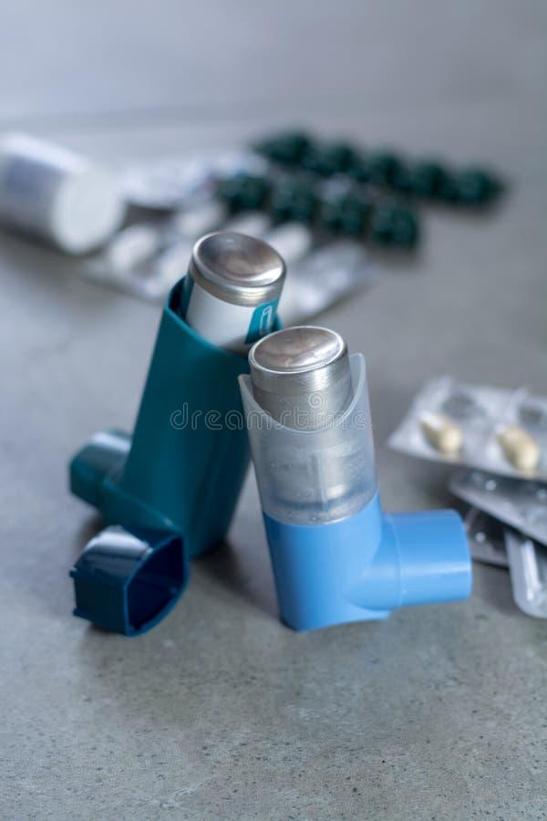Pillen en inhaleertoestellen voor astma, bronchitis, longenziekten stock afbeelding