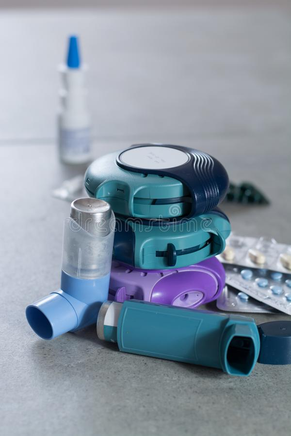 Pillen en inhaleertoestellen voor astma, bronchitis, longenziekten royalty-vrije stock fotografie