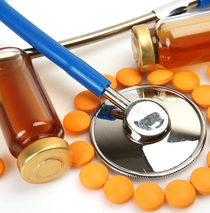 Pillen en stethoscoop voor het diagnostiseren stock afbeeldingen
