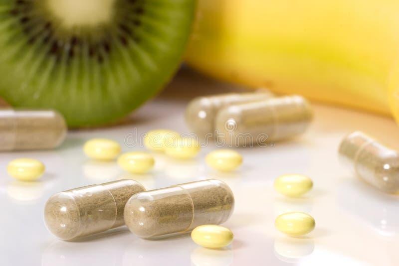 Pillen oder Früchte stockfoto