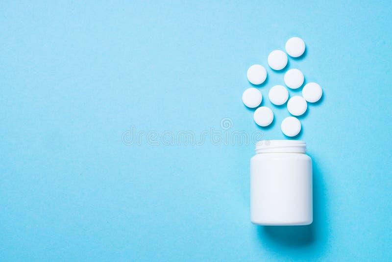Pillen op blauwe hoogste mening stock afbeeldingen