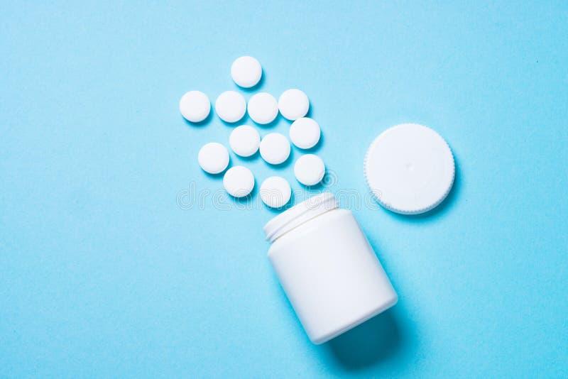 Pillen op blauwe hoogste mening royalty-vrije stock foto's