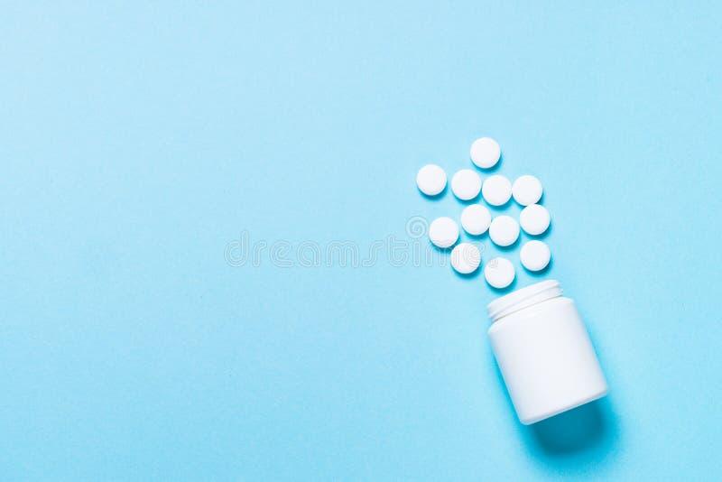 Pillen op blauwe hoogste mening stock fotografie