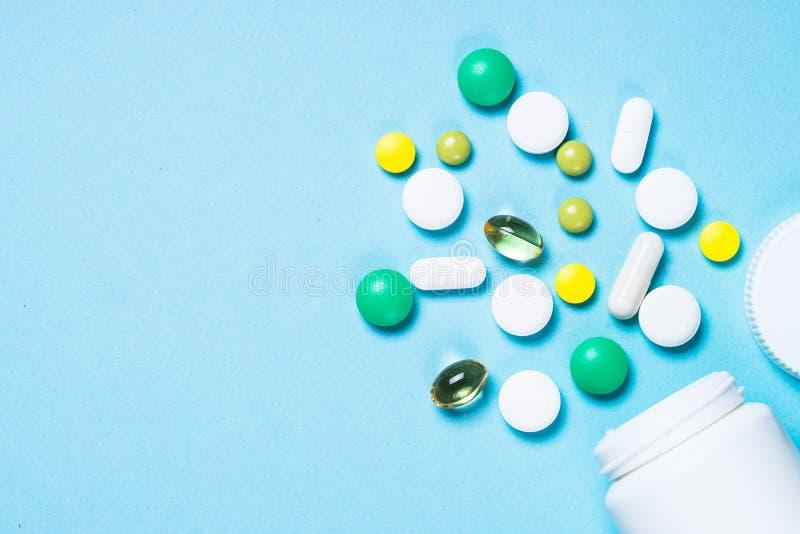 Pillen, tabletten en vitamine op blauw royalty-vrije stock foto's
