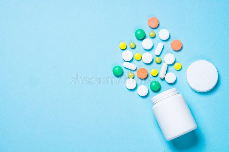 Pillen, tabletten en vitamine op blauw royalty-vrije stock foto