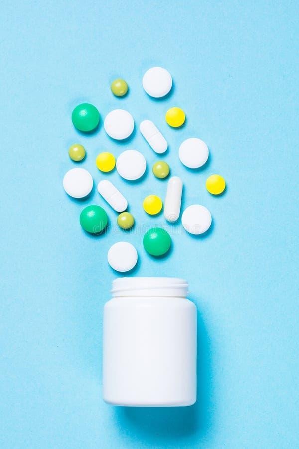Pillen, tabletten en vitamine op blauw stock fotografie