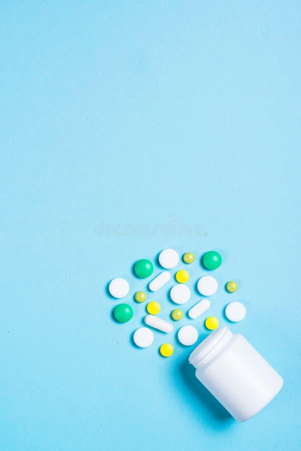 Pillen, tabletten en vitamine op blauw royalty-vrije stock fotografie