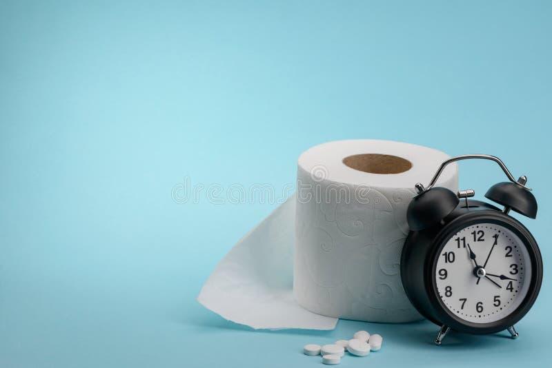 Pillen, toiletpapier en klok stock foto