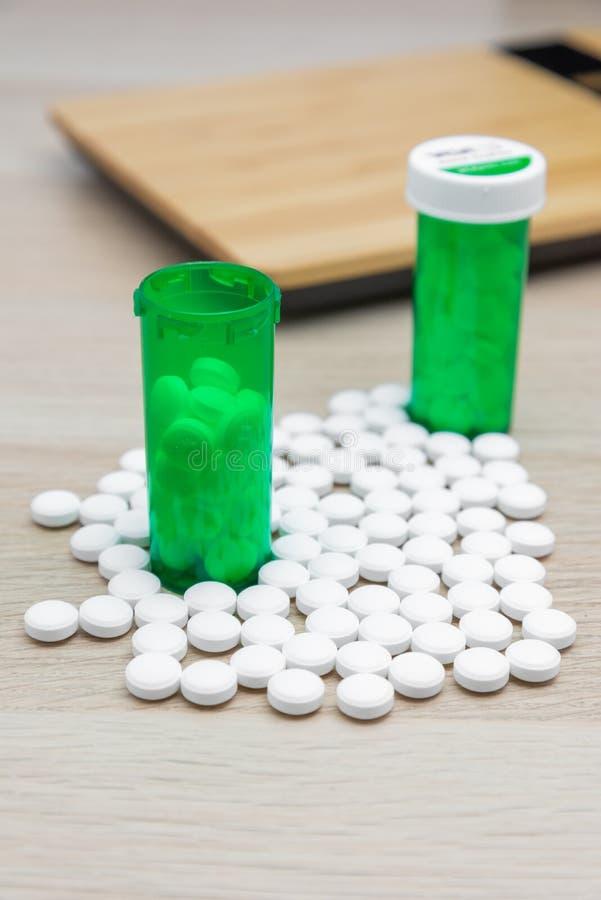 Pillen und grüne Flaschen stockbilder