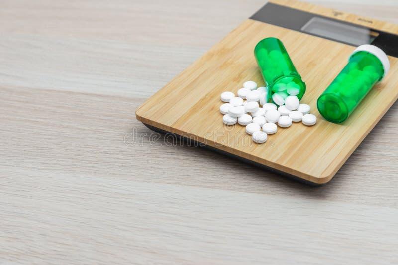 Pillen und grüne Flaschen stockbild