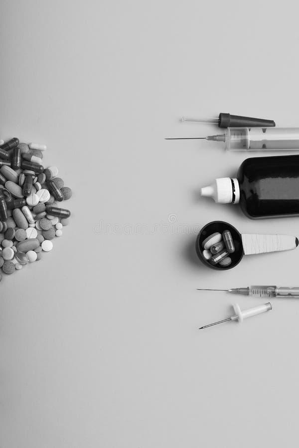 Pillen und Kapseln eingesetzt in Halbkreis Satz Tabletten lizenzfreies stockfoto
