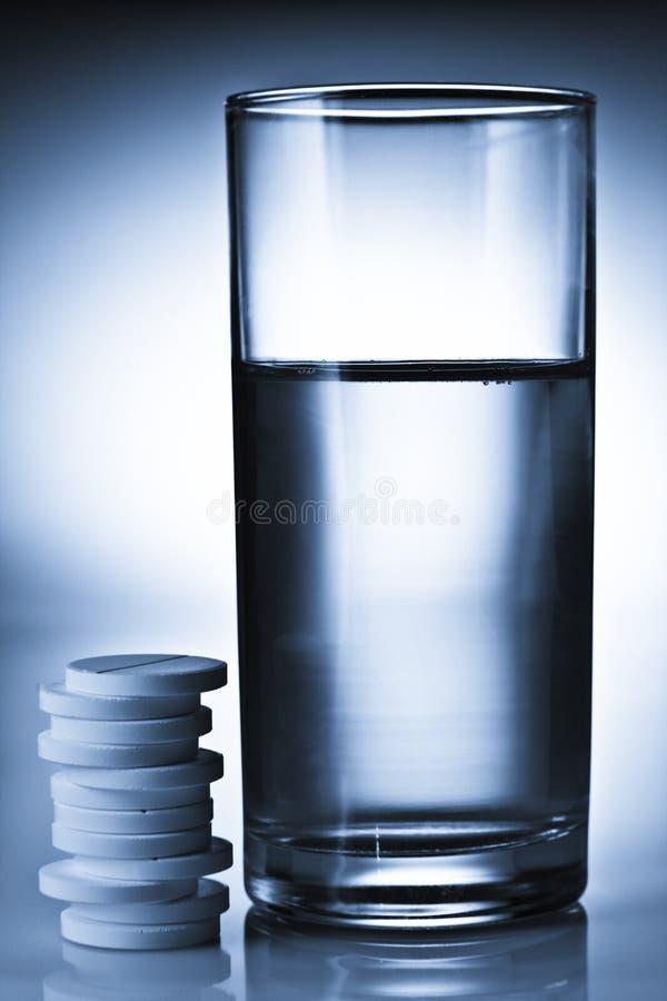 Pillen und Wasser stockfotografie