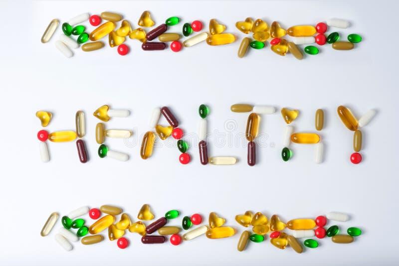 Pillen van vitamine en geneeskunde op witte achtergrond stock foto's