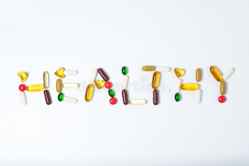 Pillen van vitamine en geneeskunde op witte achtergrond royalty-vrije stock foto's