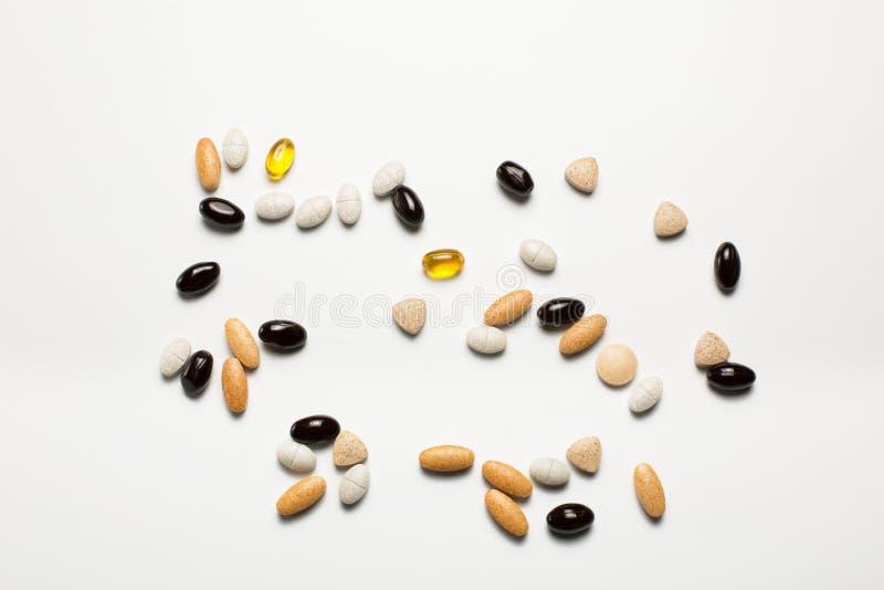Pillen, Vitamine, Fischöl auf weißem Hintergrund stockbilder