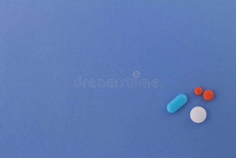 Piller av färger på neutral bakgrund av himmelsk färg fotografering för bildbyråer