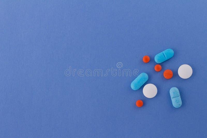 Piller av färger på neutral bakgrund av himmelsk färg arkivbild