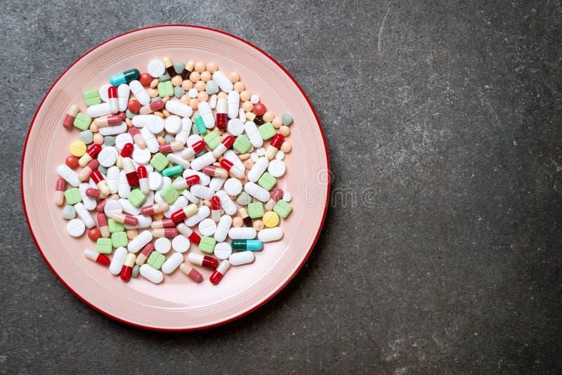 piller, droger, apotek, medicin eller l?karunders?kning p? plattan arkivfoto