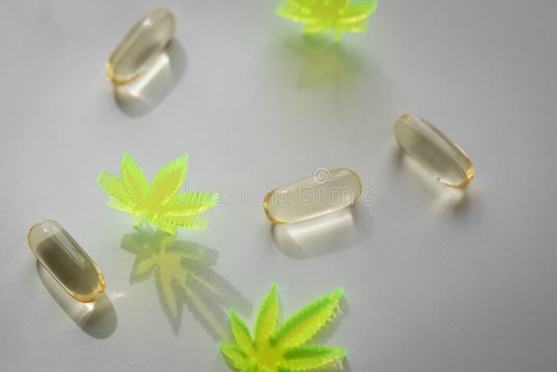 Piller, minnestavlor, kapslar av cannabismarijuanahampa och CBD som sm?rtar m?rdare och medicinsk terapi arkivfoton