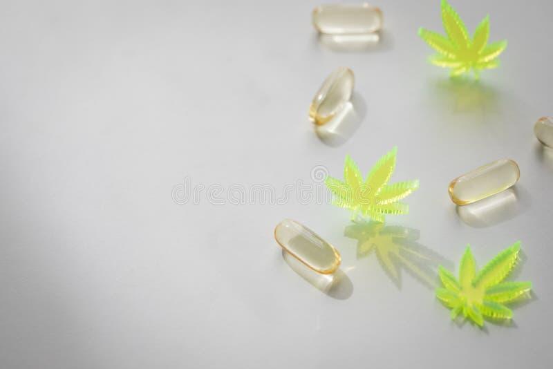 Piller, minnestavlor, kapslar av cannabismarijuanahampa och CBD som sm?rtar m?rdare och medicinsk terapi arkivbilder