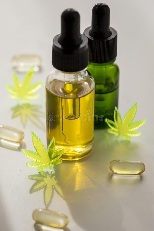 Piller, minnestavlor, kapslar och olja av cannabismarijuanahampa och CBD som sm?rtar m?rdare och l?karunders?kning royaltyfri fotografi