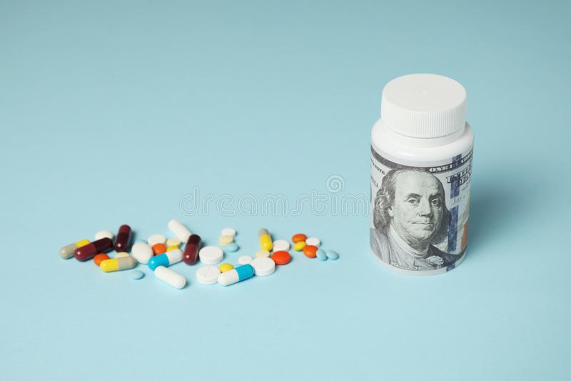 Piller och hundra dollarräkning Beroende p? droger Farmaceutisk bransch, förtjänster på sjukt folk royaltyfri bild