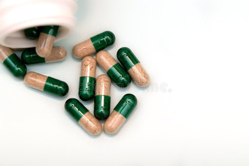 Pillerkapslar på ljust - bästa sikt för blå bakgrund Medicinskt apotekbegrepp arkivfoton