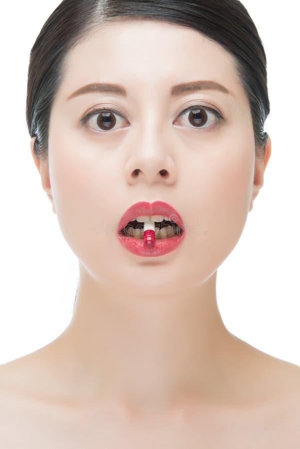 Pillola asiatica della medicina del morso della donna di bello modo per tre medico fotografia stock libera da diritti