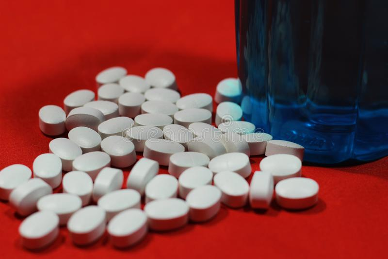 Pillola della medicina con una bottiglia immagine stock