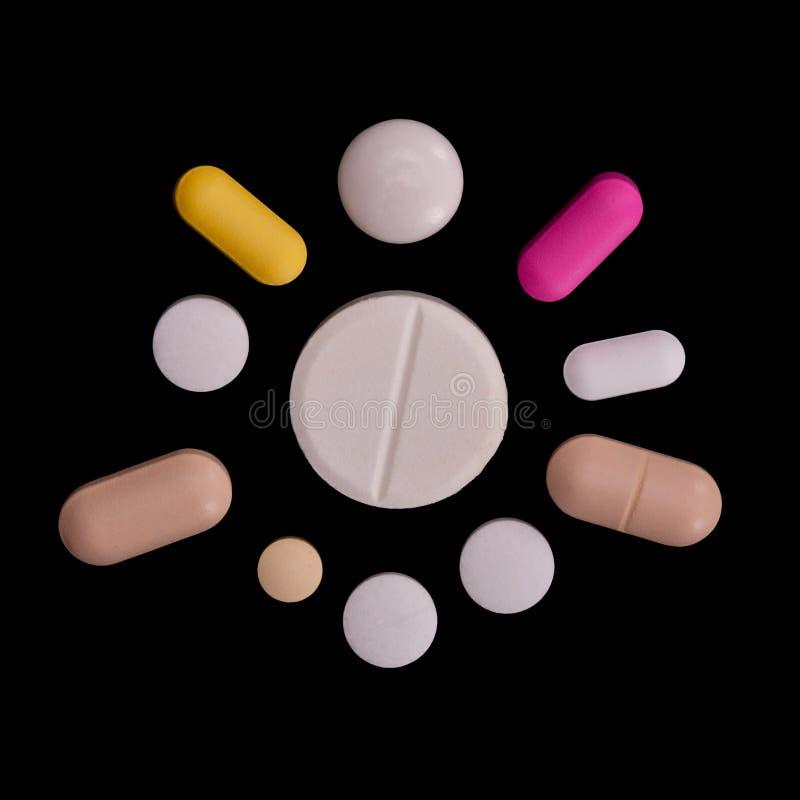 Pillole Assorted, il raccolto quadrato, isolato sul nero fotografia stock