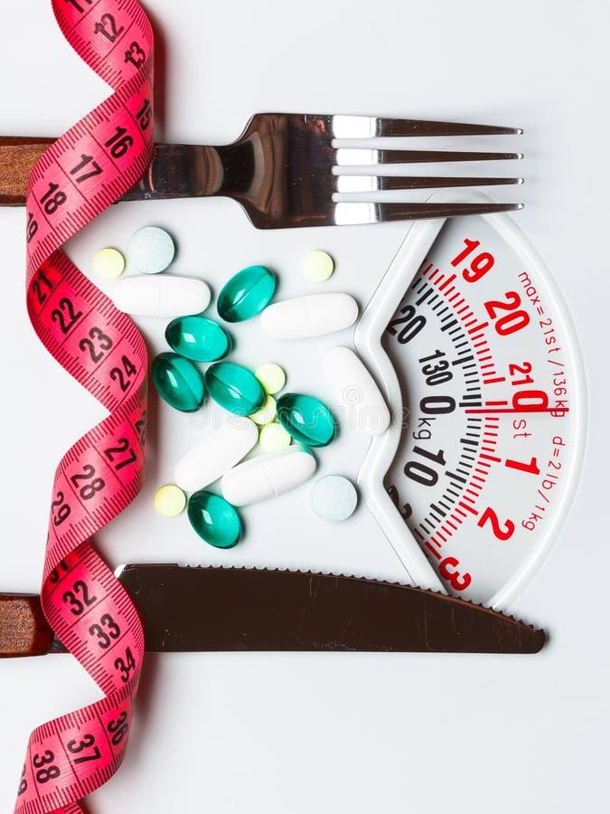 Download Pillole Con Nastro Adesivo Di Misurazione Sulle Scale Bianche Fotografia Stock - Immagine di misura, cura: 117981962