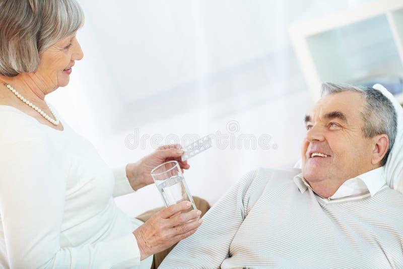 Pillole della presa immagine stock