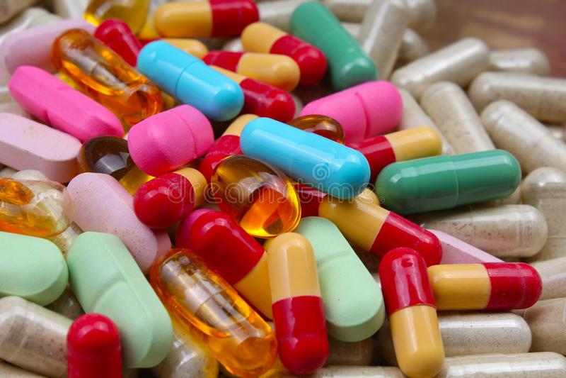 Pillole della vitamina o mediche Pillole variopinte della medicina come struttura Fondo del modello della pillola fotografia stock