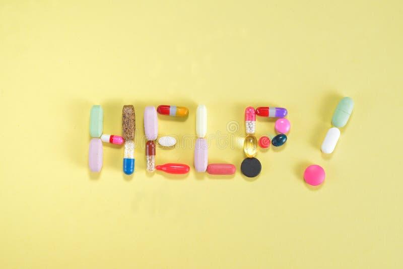 Pillole di prescrizione e farmaci del farmaco della medicina che compitano aiuto fotografia stock libera da diritti