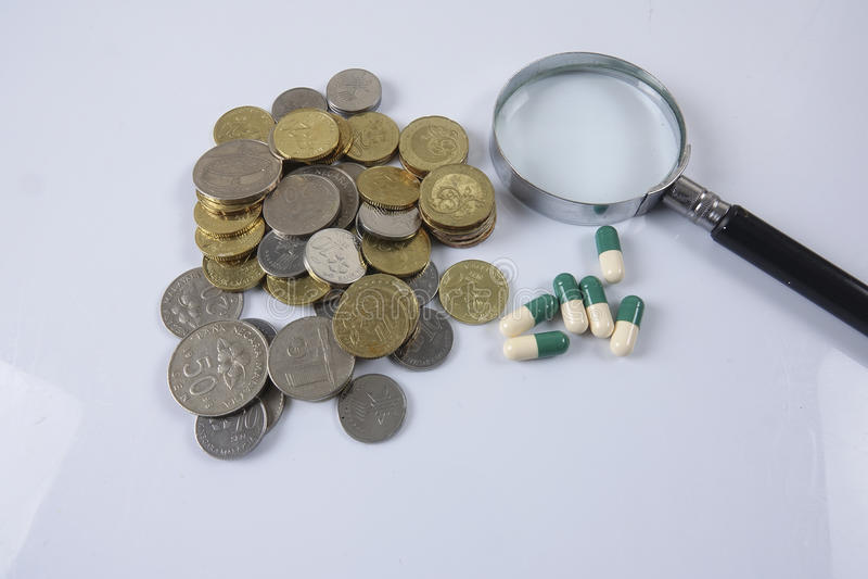 Pillole di verde/gialle medicina su bianco Concetto di sanità fotografie stock libere da diritti