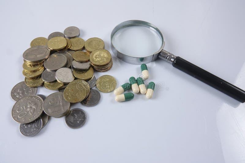 Pillole di verde/gialle medicina su bianco Sanità concettuale immagini stock