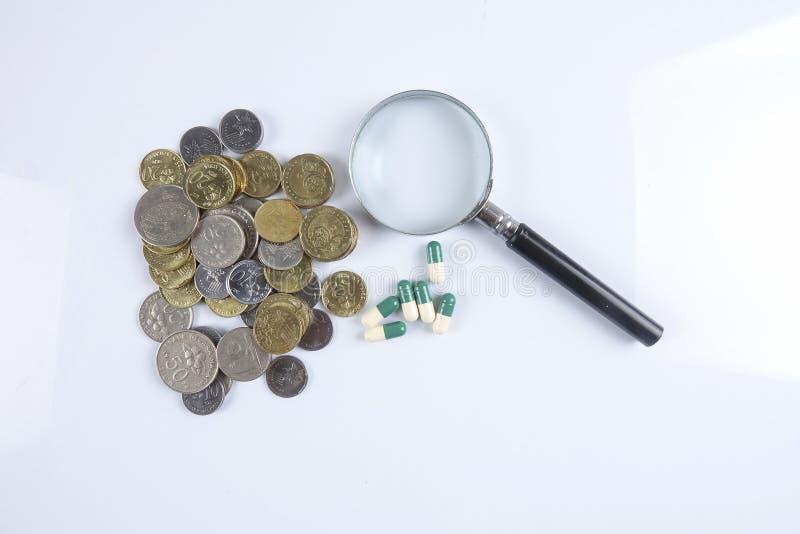 Pillole di verde/gialle medicina su bianco Sanità concettuale fotografie stock