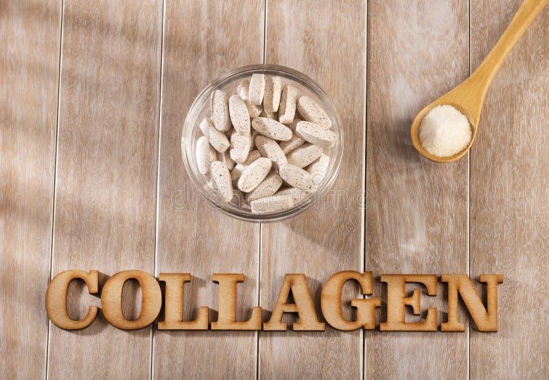 Pillole e polvere della proteina del collagene - idrolizzata Spazio del testo fotografie stock libere da diritti
