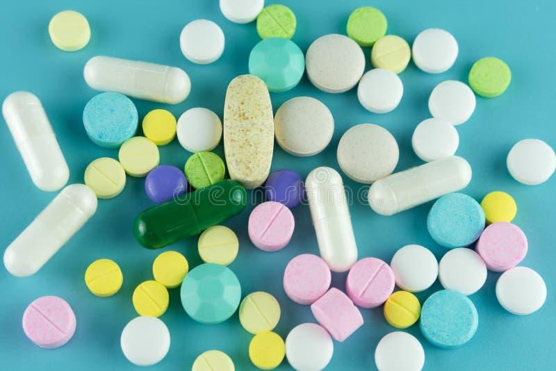 Pillole farmaceutiche assortite, compresse e capsule della medicina sopra fotografie stock libere da diritti