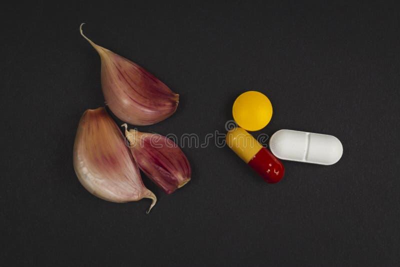 pillole farmaceutiche della medicina ed aglio - rimedi naturali contro il concetto farmaceutico della medicina fotografia stock
