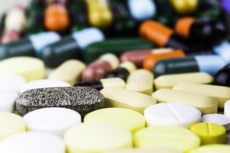 Pillole o capsule della medicina su fondo di legno Prescrizione del farmaco per il farmaco di trattamento fotografia stock libera da diritti