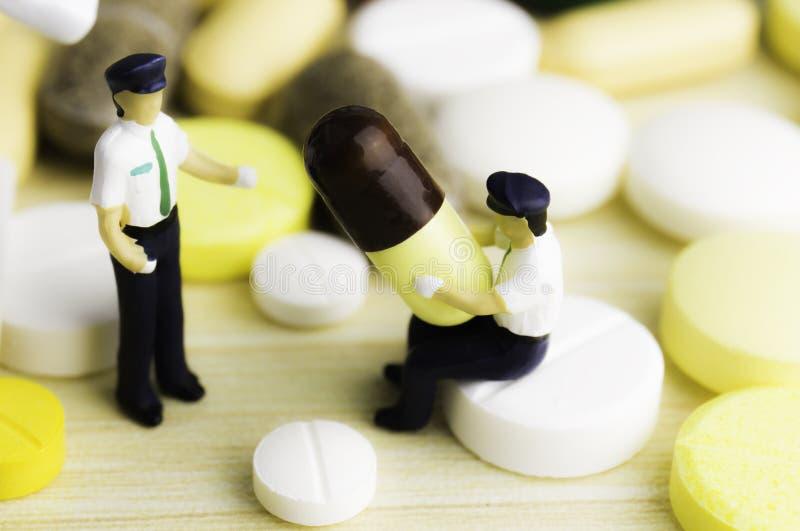 Pillole o capsule della medicina su fondo di legno Prescrizione del farmaco per il farmaco di trattamento immagini stock