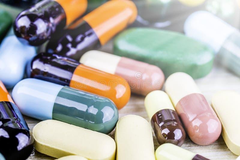 Pillole o capsule della medicina su fondo di legno Prescrizione del farmaco per il farmaco di trattamento fotografie stock