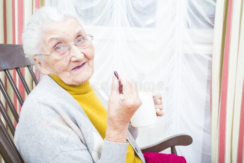 Pillole quotidiane per gli anziani immagini stock