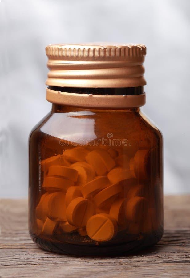 Pillole in una fiala di vetro aperta fotografia stock libera da diritti