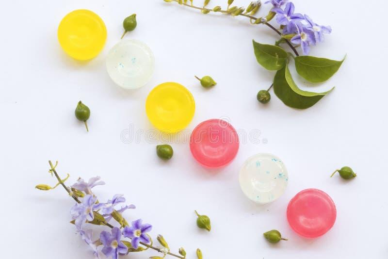Pillole variopinte della pastiglia per la gola irritata di tosse per la sanità immagine stock