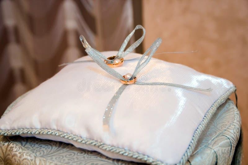 pillow кольца wedding стоковое фото rf