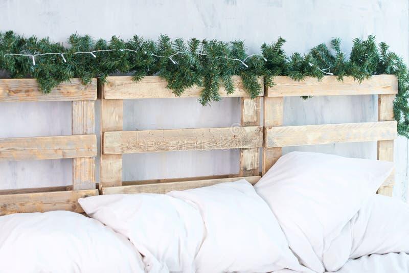 pillows белизна headboard спрус ветви зеленый стоковые изображения