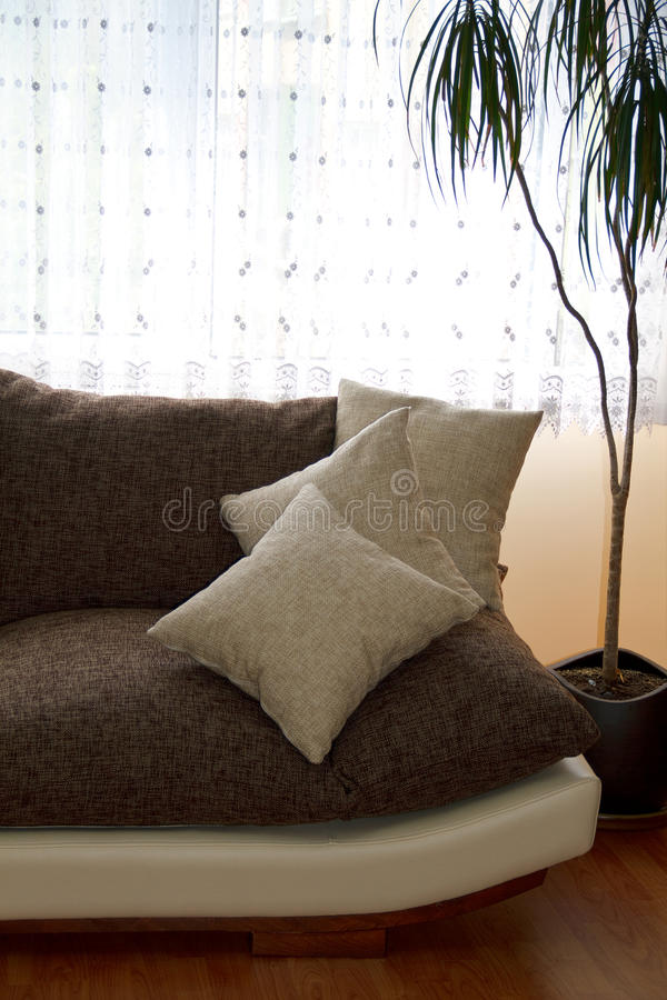 pillows sofaen arkivfoto