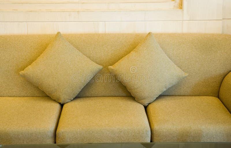 pillows sofaen arkivbilder